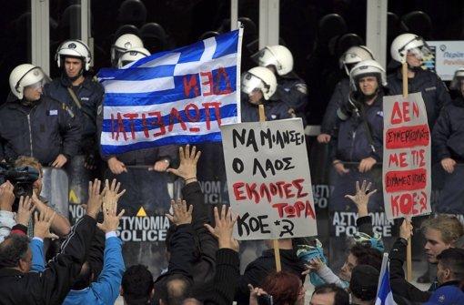 In Griechenland reißen die Proteste gegen das Sparprogramm nicht ab, doch auch bei der Bundesregierung in Berlin  wächst wegen der fehlenden Milliarden die Nervosität. Foto: AP