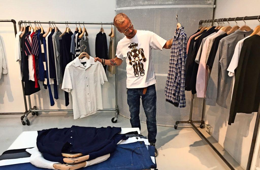 Winni Klenk prüft kritisch: Können diese Klamotten die Stuttgarter begeistern? Foto: Haar