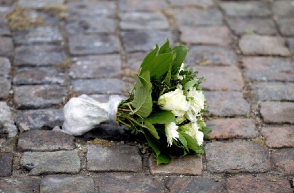 An den Tatorten in der Innenstadt von Kopenhagen legen Menschen zum Gedenken Blumen ab. Foto: dpa