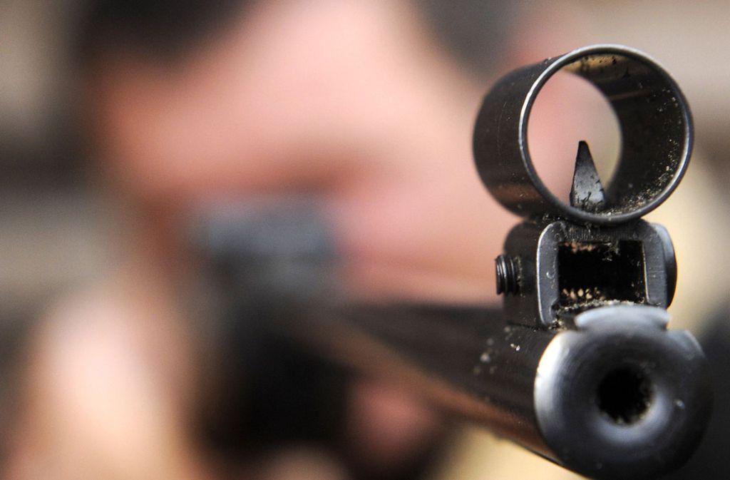 Der Lauf eines Luftgewehrs – Waffen dieser Art hat ein Schüler unter falschem Namen im Internet bestellt. Er flog auf. (Symbolbild) Foto: dpa/Ingo Wagner