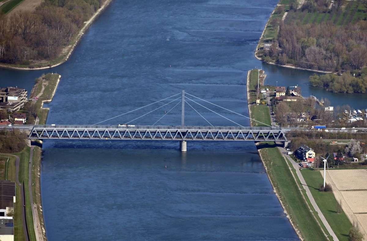 Die Rheinbrücke bei Karlsruhe wurde in den sechziger Jahren gebaut, eine zweite Brücke soll nun dem steigenden Verkehrsaufkommen gerecht werden. (Archivbild) Foto: dpa/Uli Deck