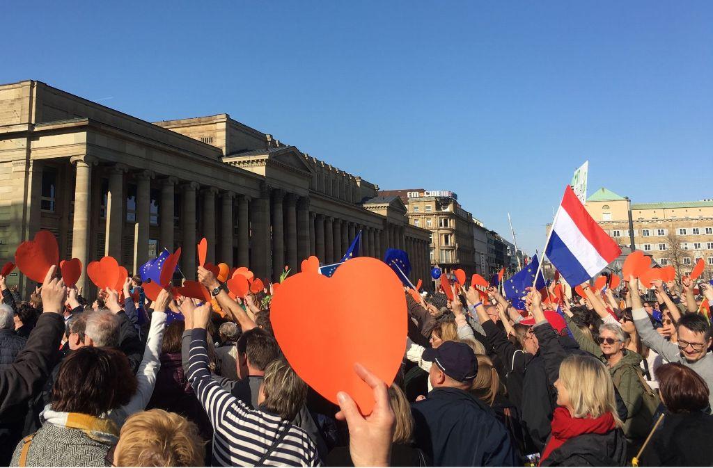 Mit orangen Herzen wurde eine Grußbotschaft in die Niederlande geschickt. Foto: Sellner