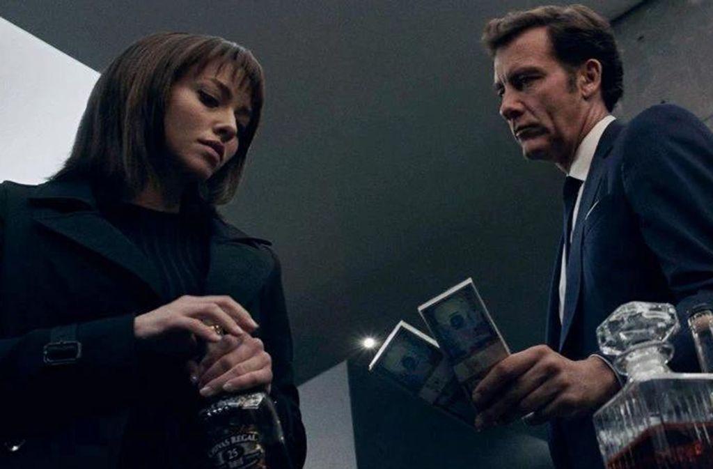 Der Polizist Frieland (Clive Owen) macht der gesuchten Hackerin Anon (Amanda Seyfried) ein nicht bloß dienstliches Angebot. Foto: Koch