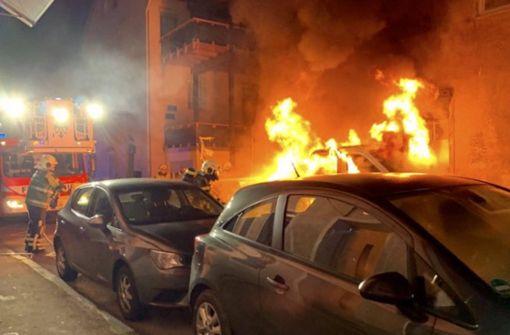 Auto und Haus in Flammen – Feuerwehreinsatz in der Altstadt