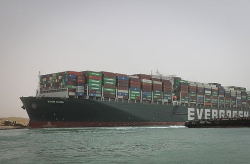 Containerschiff blockiert weiter wichtige Handelsroute