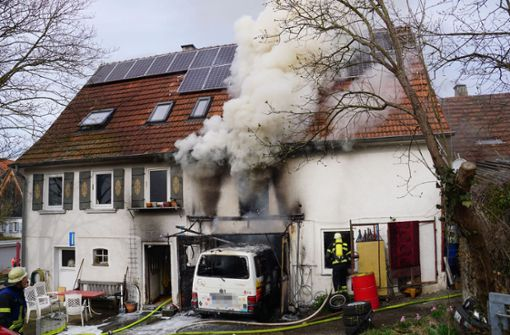 Brand bei Schweißarbeiten greift auf Haus über