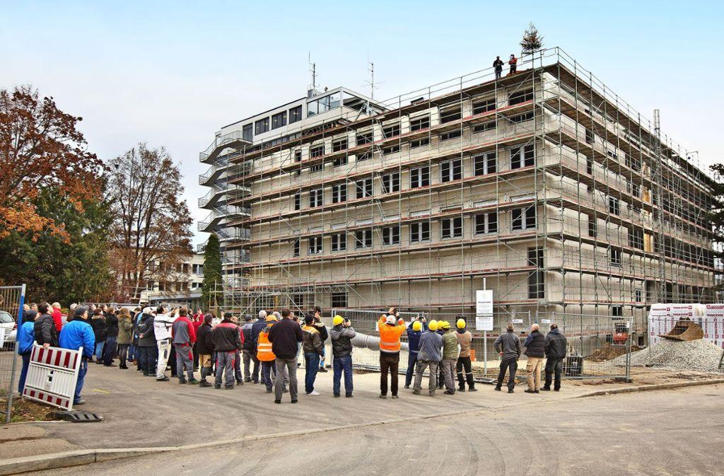 Aus 21 Metern Höhe erfolgt der Richtspruch für die Landratsamtserweiterung. Foto: Horst Rudel