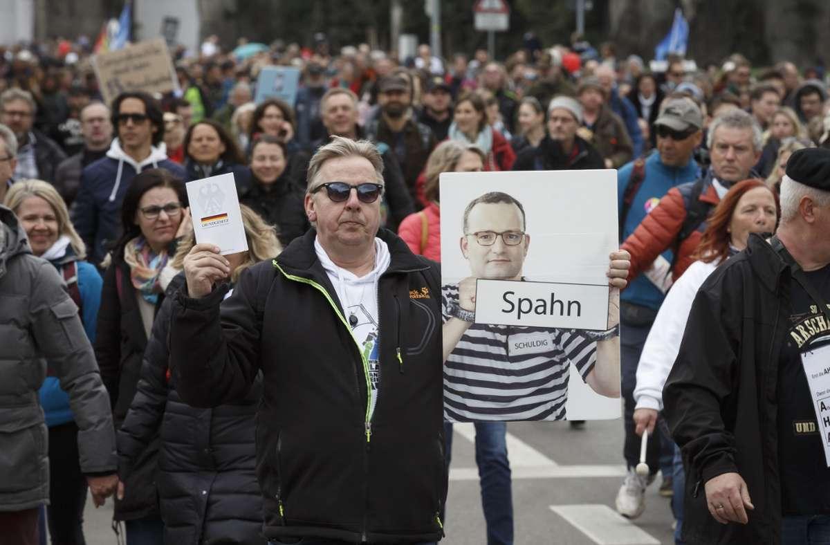 Die Querdenken-Demonstranten am Karsamstag in Stuttgart haben sich kaum an die Auflagen gehalten – laut einem Rechtsgutachten war es richtig, die Veranstaltung dennoch nicht aufzulösen. Foto: Lichtgut/Julian Rettig