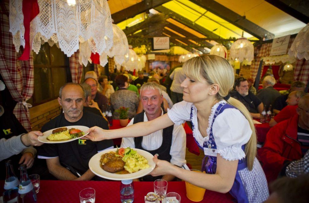 Auf dem Stuttgarter Weinfest findet sich, neben erlesenen Tropfen, auch andere kulinarische Highlights. Foto: Max Kovalenko