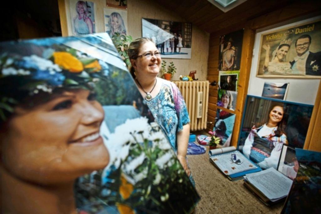 Elke Wallner in ihrem Zuhause: von allen Wänden lachen Foto: Gottfried Stoppel