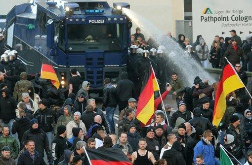 Die Polizisten drängen die rechten Demonstranten zurück. Es werden auch Wasserwerfer eingesetzt. Foto: dpa