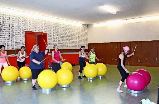 """Anita Jäckle (rechts) leitet die Teilnehmerinnen bei """"Drums Alive"""" an. Foto: Maike Woydt"""