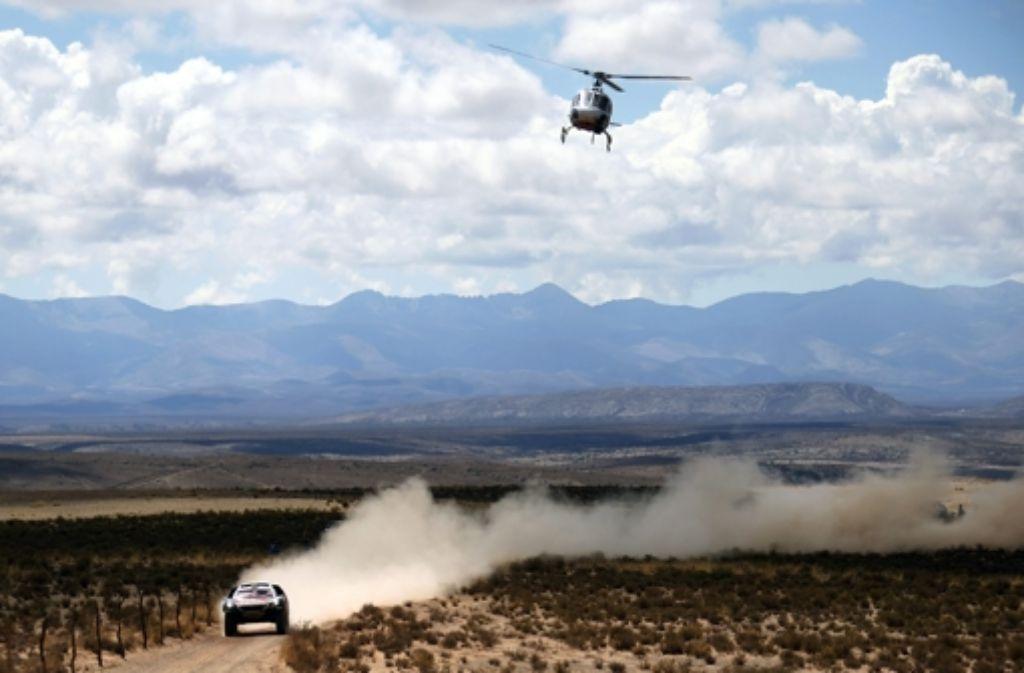 Der Abstand zu den restlichen Rennfahrern wird immer größer. Ein TV-Helikopter hat sich an die Fersen von Sebastian Loeb und seinem Beifahrer Daniel Elena gehängt. Foto: dpa