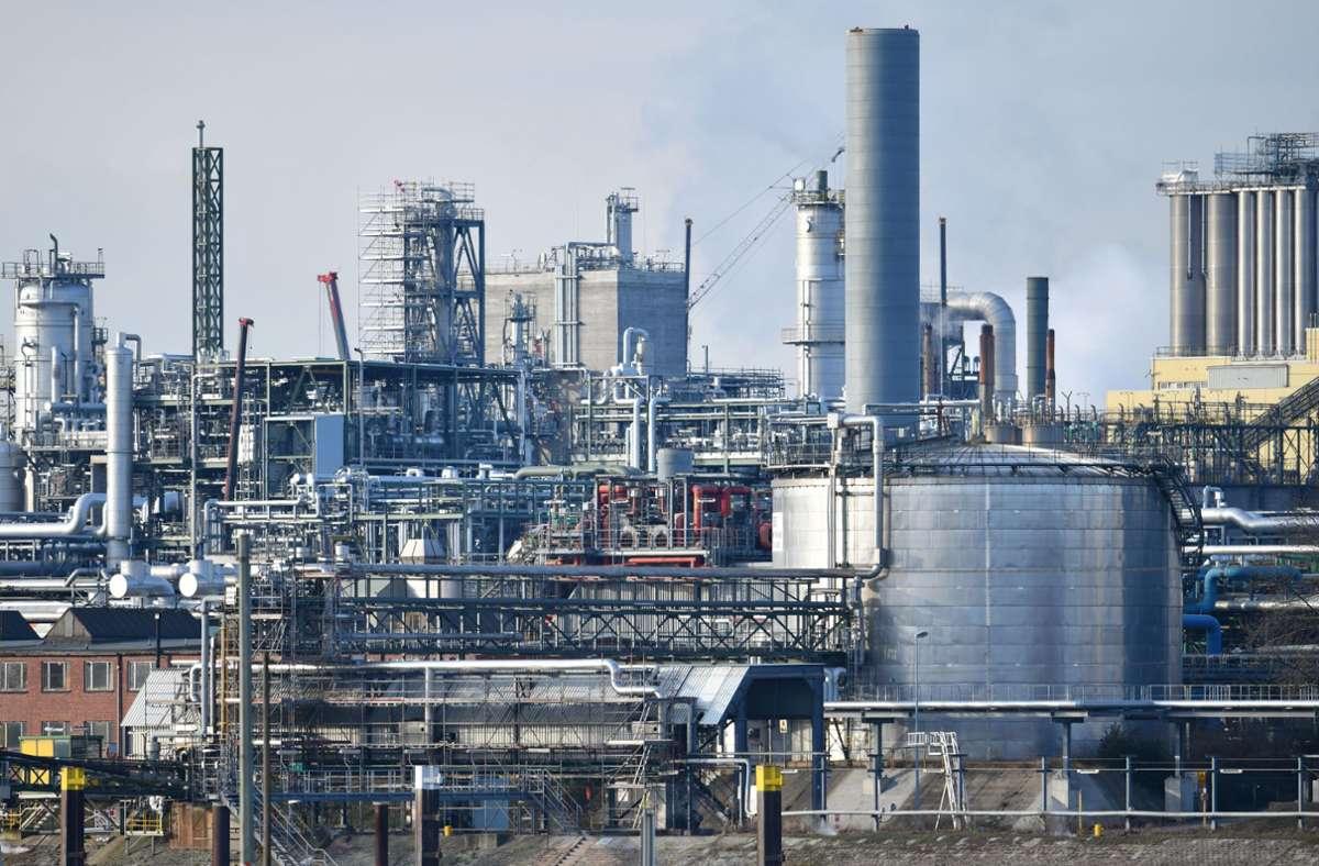 Industrieanlagen des Chemiekonzerns BASF stehen am Rheinufer auf dem Werksgelände. Foto: dpa/Uwe Anspach