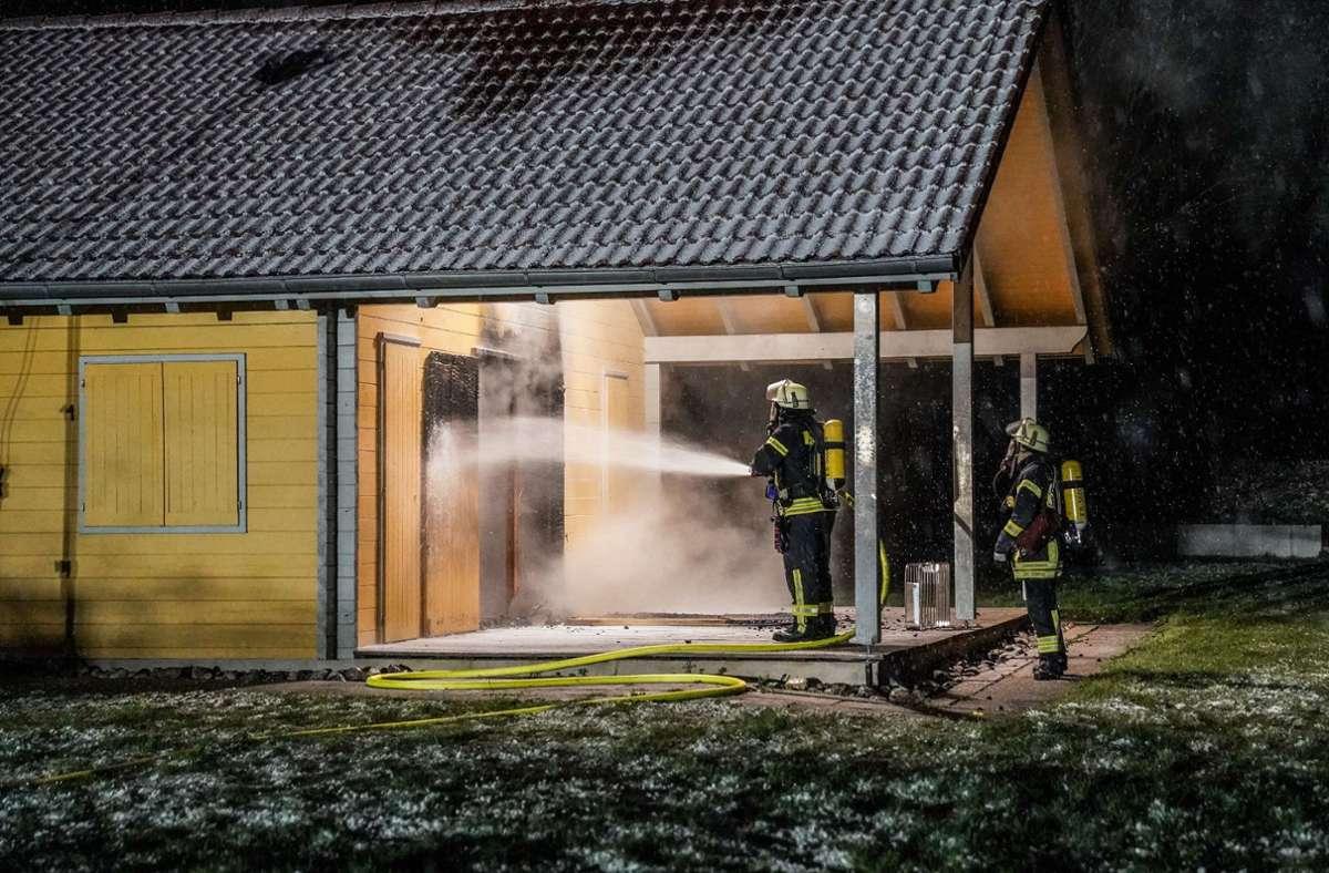 Die Feuerwehr löscht die Flammen. Foto: SDMG/Kohls