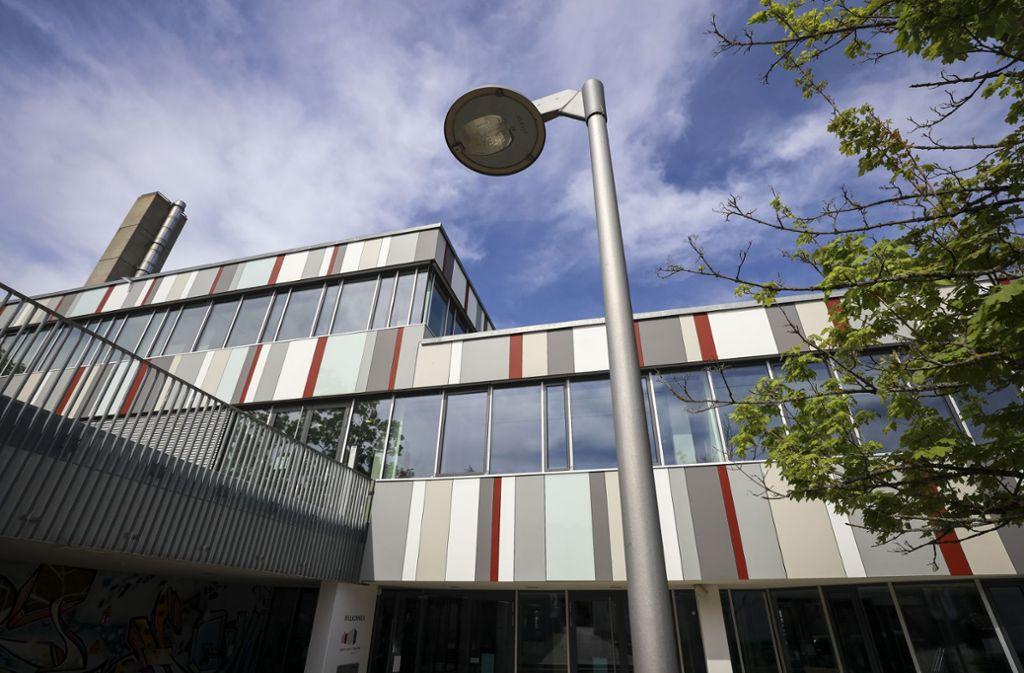 Auf dem Dach des Gerlinger Gymnasiums wurden massive Schäden angerichtet. Foto: factum/Simon Granville