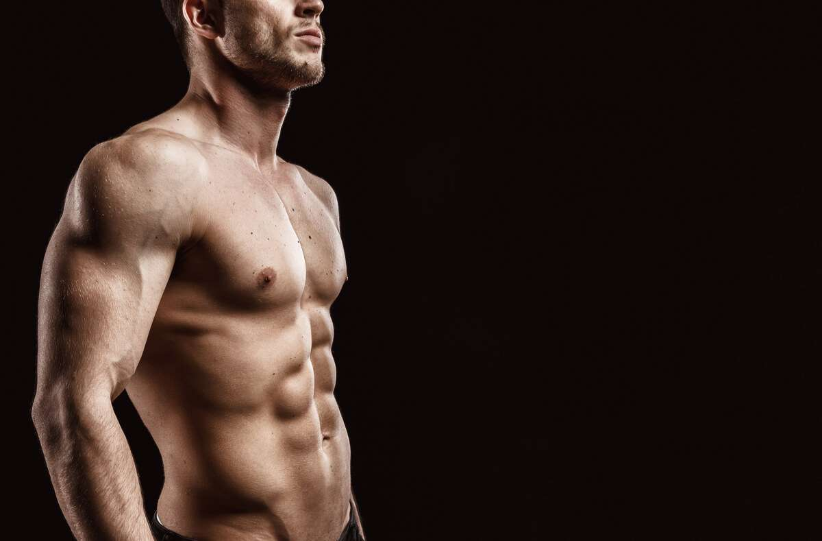 So klappt der Muskelaufbau während dem Intervallfasten. Wir zeigen Ihnen die 5 wichtigsten Regeln für effektive Erfolge beim Krafttraining. Foto: KDdesignphoto / Shutterstock.de