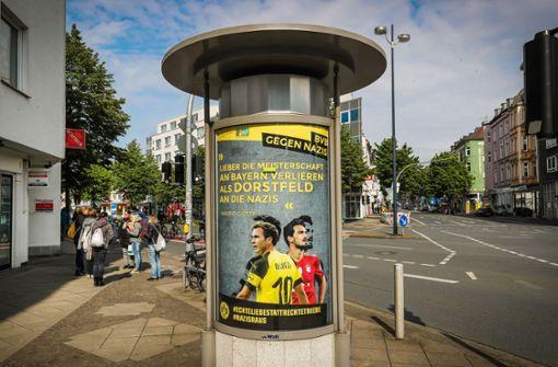 Unbekannte hängen BVB-Plakate gegen Nazis auf