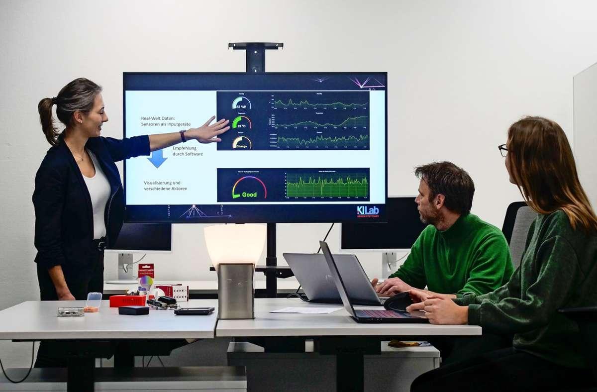 Sara Egenhofer (v. l.), Reiner Braun und Denise Meyer vom KI-Labor arbeiten  mit Geräten, die das Raumklima in Büros messen Foto: Simon Granville