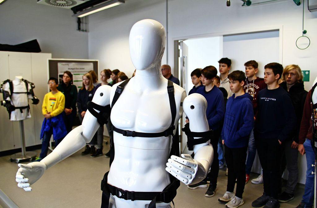 """Das """"E-Bike zum Anziehen"""", ein Oberkörperexoskelett, das seinen Träger mit zusätzlicher Kraft versorgt, beeindruckte die Schüler. Foto: Corinna Pehar"""