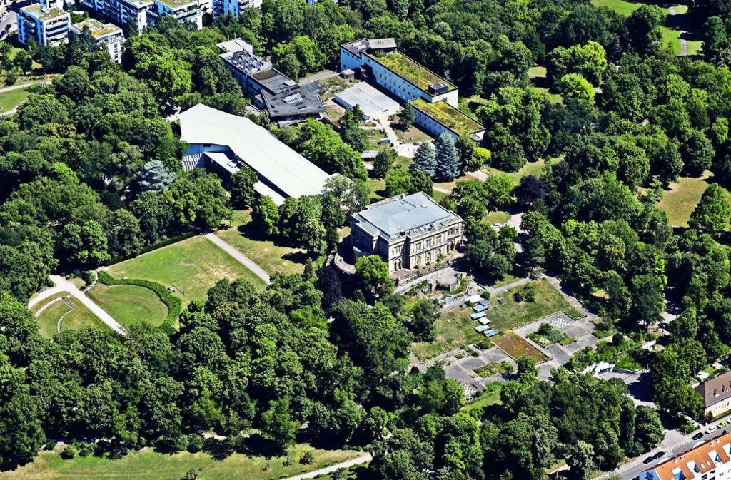 Die leeren Fernsehstudios (rechts oben)  neben der Villa Berg (unten) und neben dem vom SWR genutzten   Gutbrodbau (links) müssen bis Ende 2020 beseitigt werden. Foto: Manfred Storck