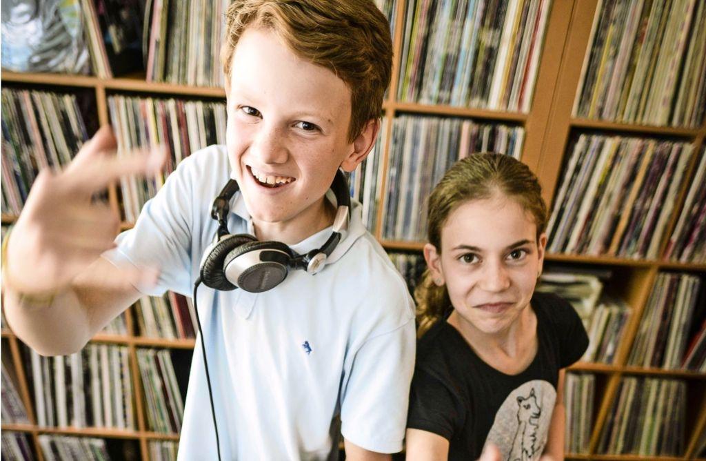 Lila und Jannik feiern den Sommersoundtrack. Foto: Lichtgut/Leif Piechowski