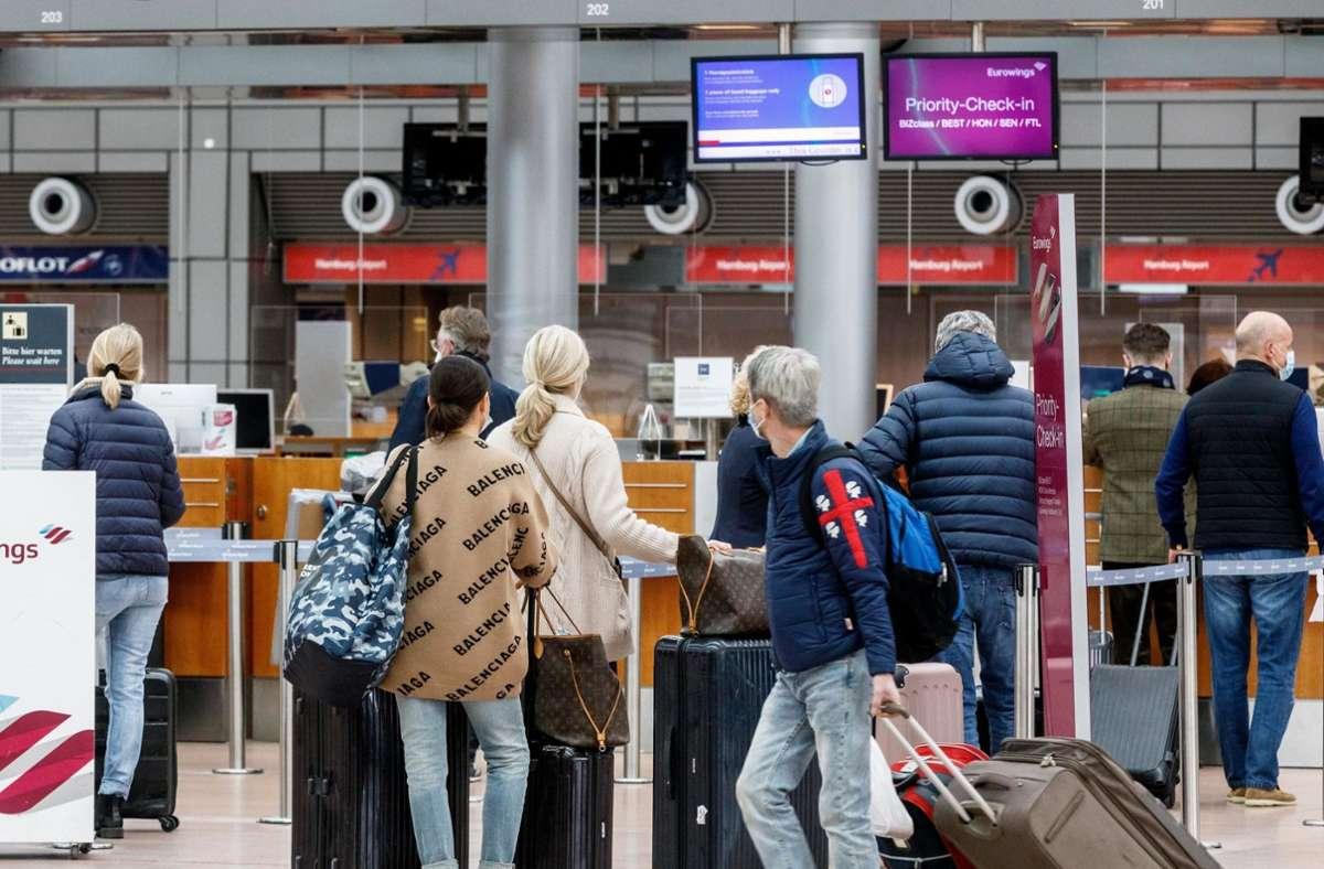 Passagiere checken im Flughafen Hamburg zum Flug nach Palma de Mallorca ein. Foto: dpa/Markus Scholz