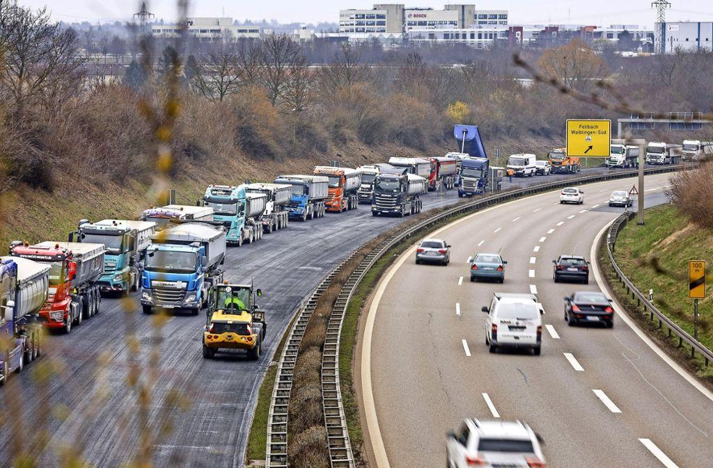 Vor dem Fellbacher Kappelbergtunnel dürfen an diesem Wochenende in Richtung Stuttgart nur die Baulastwagen fahren. Foto: Jan Potente