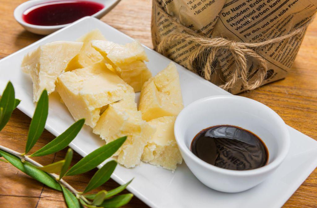 Ein zähflüssiger, süßer Balsamico passt gut zu Käsespezialitäten – wie hier Parmesan. Foto: Adobe Stock/Mathias Weil/apfelweile