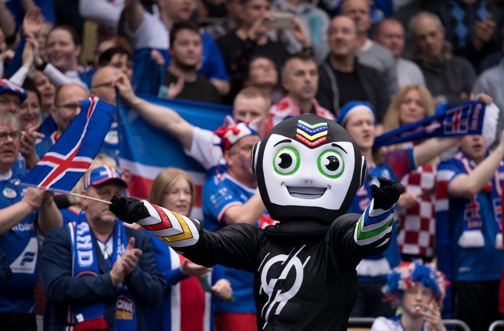 Stan – so der offizielle Name des Handball-WM-Maskottchens – feiert als Indonesier mit den isländischen Fans. Foto: dpa