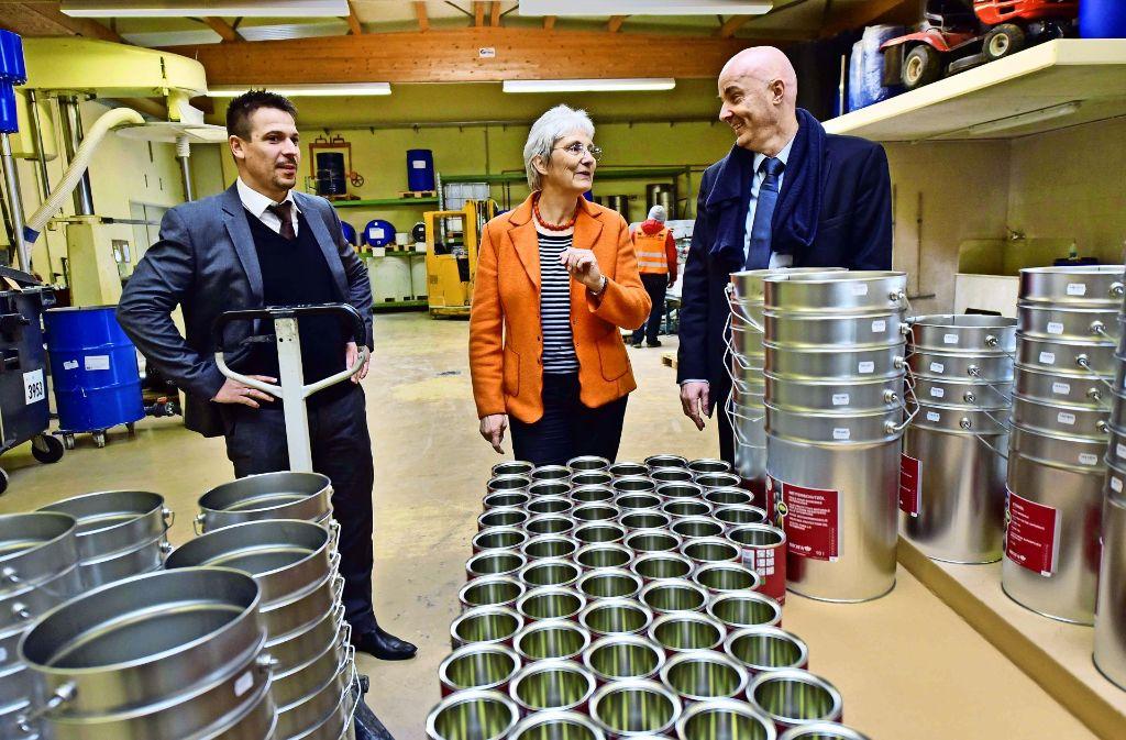 Heike Baehrens setzt in ihrem Wahlkreis auf Präsenz, wie beim Bad Boller Naturfarbenherstellers Biofa mit seinen Geschäftsführern Timo Ascherl (links) und Markus Hahn. Foto: privat