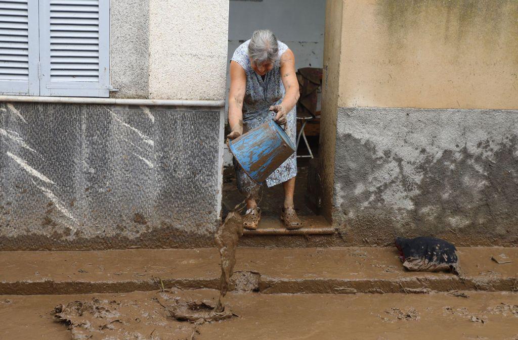 Nach dem Unwetter im Osten Mallorcas: Die Anwohner säubern ihre Häuser von der braunen Schlammflut. Foto: dpa