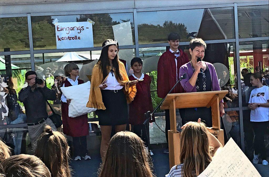 Die PGH-Schulleiterin Sabine Witzke  (rechts mit Mikrofon) hat das Zepter an die Monarchin  Anna-Lena Vetter übergeben. Foto: Julia Bosch
