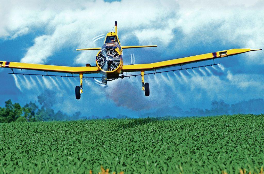 Ein Flugzeug besprüht ein Mais-Feld in Nebraska mit Pflanzenschutzmitteln. Foto: Mauritius