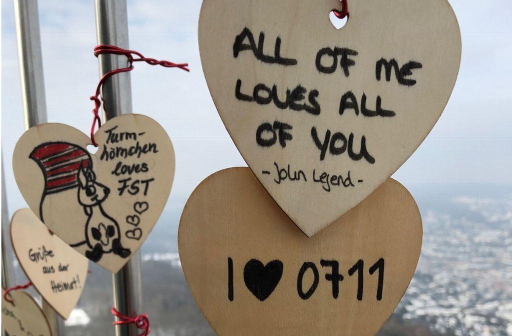 Am Gitter des Fernsehturms sollen  möglichst viele  Herzen hängen. Foto: SWR