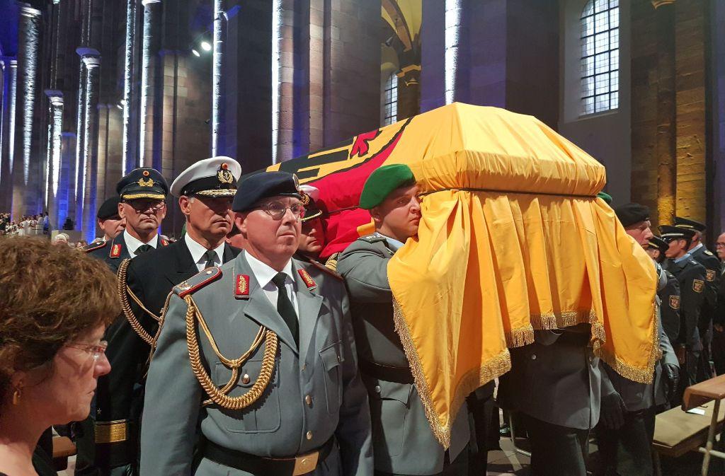 Die sterblichen Überreste des Altkanzlers auf dem Weg zur letzten Ruhestätte. Foto: Armin Käfer