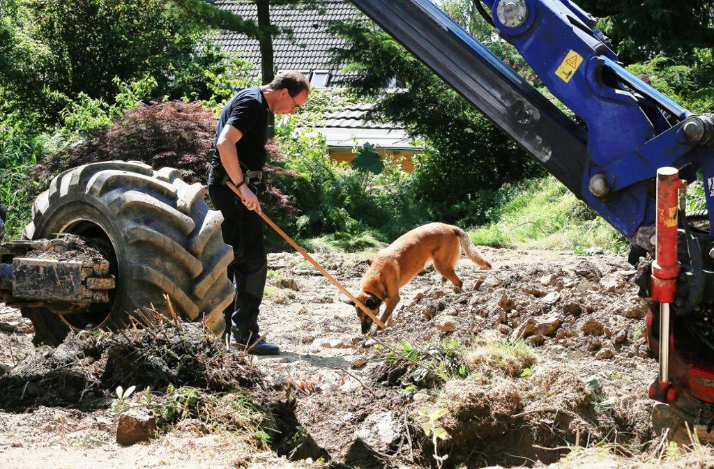Bei den Sucharbeiten kommt auch ein Spürhund zum Einsatz. Foto: dpa