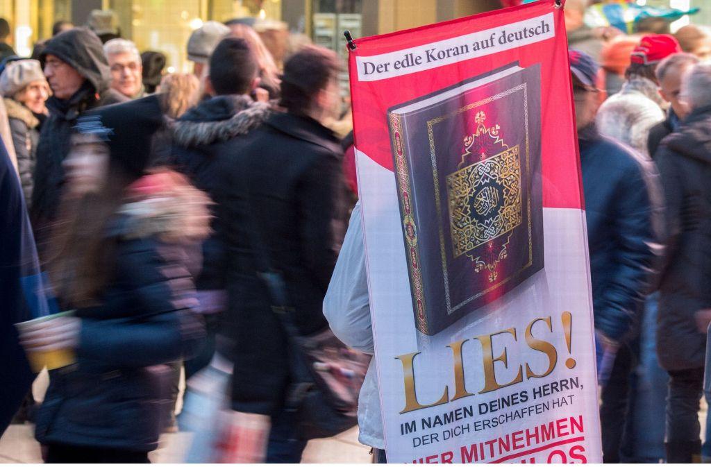 Radikale Salafisten verteilen immer wieder Koranausgaben in deutschen Innenstädten. Foto: dpa