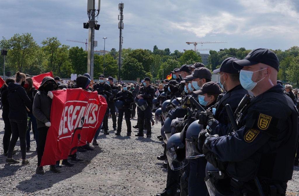 Die Polizei sprach von einem friedlichem Verlauf der Demo gegen die Corona-Regeln auf dem Cannstatter Wasen in Stuttgart. Foto: Fotoagentur-Stuttgart/Andreas Rosar