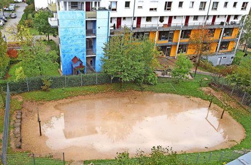 Bolzplatz unter Wasser