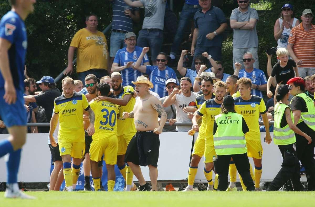 Die Kickers bejubeln mit ihren Fans das 1:0 durch Kevin Dicklhuber. Foto: Baumann/Hansjürgen Britsch