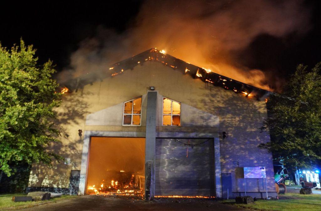 Die Löscharbeiten werden nach dem Großbrand einer Biogasanlage bei Leonberg  noch mehrere Wochen dauern. Foto: dpa/Andreas Rosar