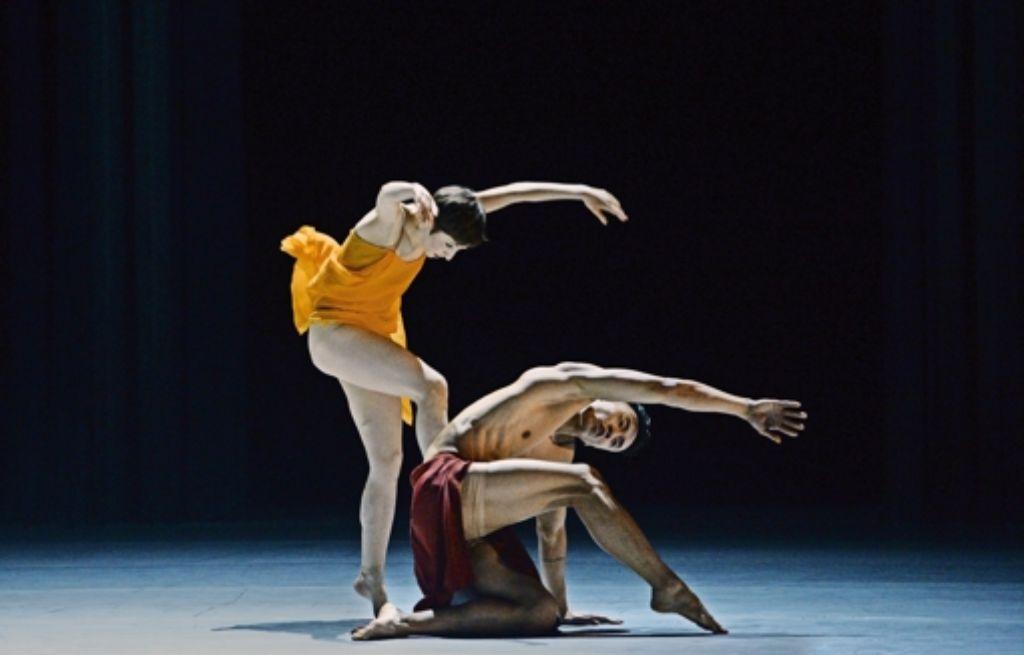 """Maggie Forgeron und Huy Tien Tran in Dominique Dumais' Choreografie  """"Tracing Isadora"""" Foto: Hans Jörg Michel"""