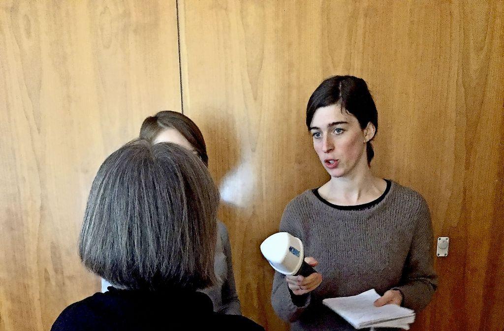 Else Fröhlich, Klientin der diakonischen Schuldnerberatung und Nutznießerin eines zinslosen Darlehens, bei einem Radio-Interview Foto: Haar
