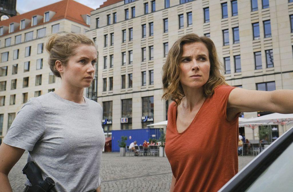 Mehr Arbeit als ihnen lieb ist: Leo Winkler (Cornelia Gröschel, li.) und Karin Gorniak (Karin Hanczewski) ermitteln in Dresden. Foto: MDR/W&B Television/Michael Kotsc