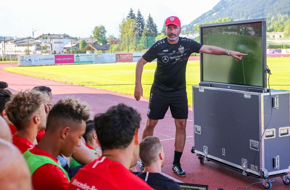 Der damalige Taktikmeister und seine Schüler: Tim Walter erklärt den VfB-Spieler seine Vorstellungen per Video direkt am Spielfeldrand in Kitzbühel. Foto: Baumann/J