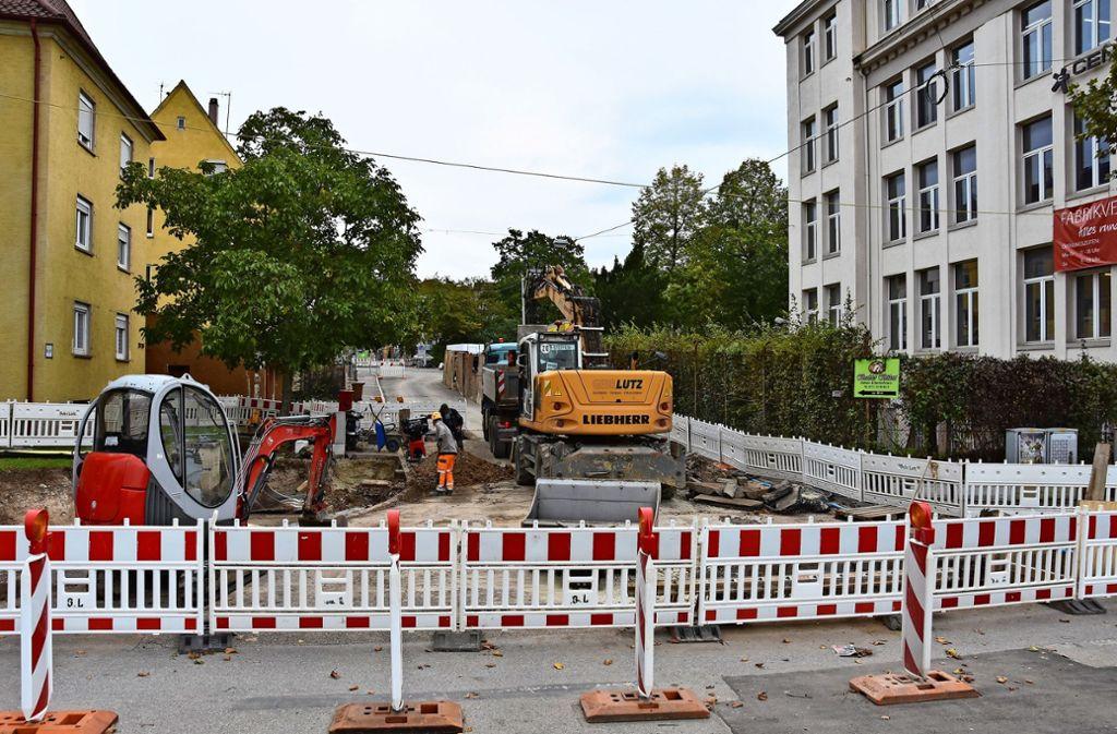 Anschluss für die neue Trinkwasserleitung: In der Biklenstraße  wird am Mittwoch ein neuer Schacht gebaut. Foto: