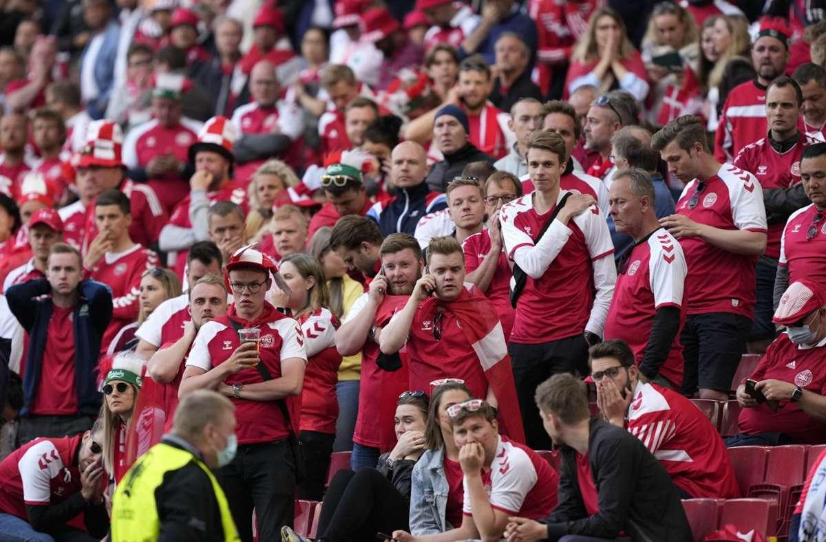 Die Fans im Stadion standen unter Schock. Foto: dpa/Martin Meissner