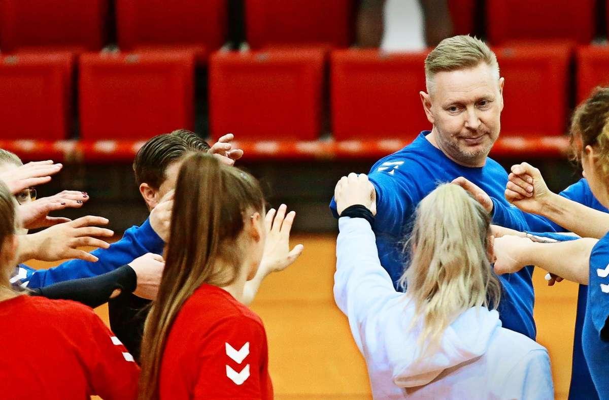Viele Hände für den gemeinsamen Erfolg: Der  neue  Trainer  Tore Aleksandersen setzt auf Teamgeist und stellt hohe Ansprüche an die Bundesliga-Volleyballer Foto: Baumann
