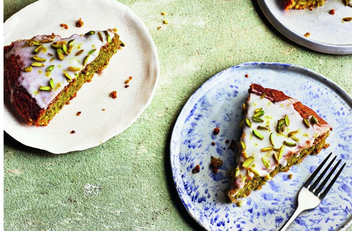 Zitronenkuchen mit Pistazien und Rosmarin. Wie das geht, sehen Sie in unserer Bildergalerie. Foto: Kris Kirkham Photography
